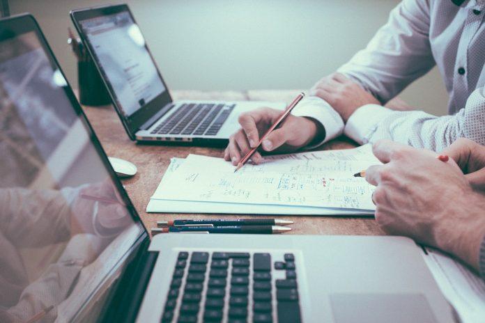 请人做网站需要注意什么?签合同前有哪些细节需要确定?20210824 - Pros and Cons Skilled Consultant vs. Developing In House